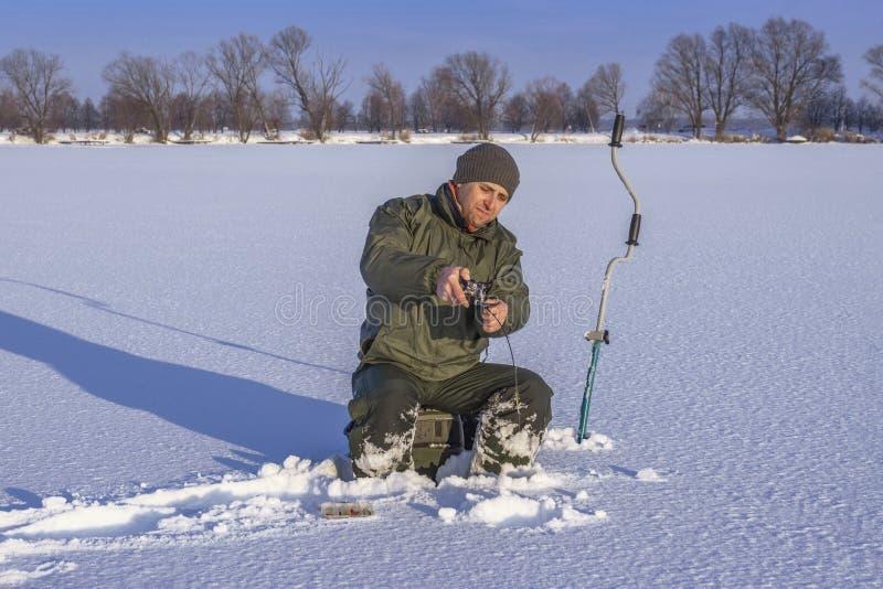 Vinter som fiskar begrepp Fiskare i handling  royaltyfri bild