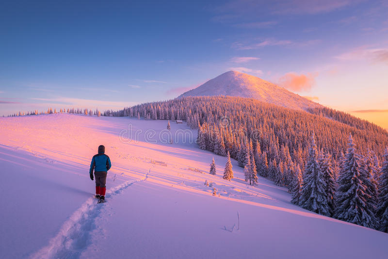 Vinter som fotvandrar i bergen arkivbild