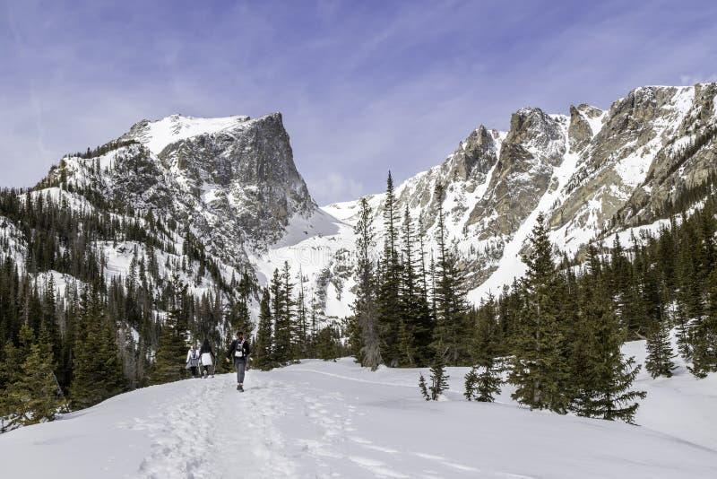 Vinter som fotvandrar i Rocky Mountain National Park arkivbilder