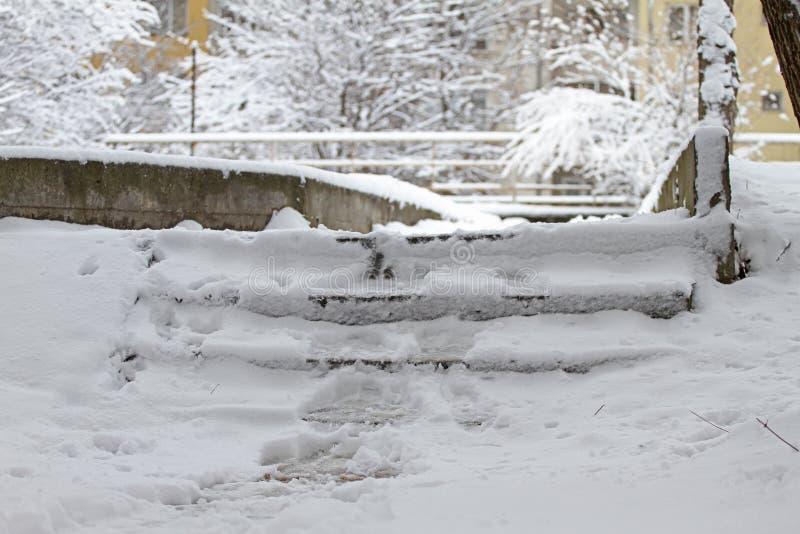 Vinter Trappa Folket går på mycket snöig trappa till gångtunnelen Folket kliver på iskall trappa, hal trappa fotografering för bildbyråer