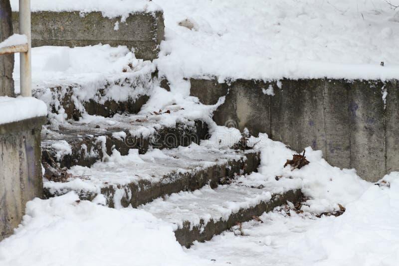 Vinter Trappa Folket går på mycket snöig trappa till gångtunnelen Folket kliver på iskall trappa, hal trappa arkivbild
