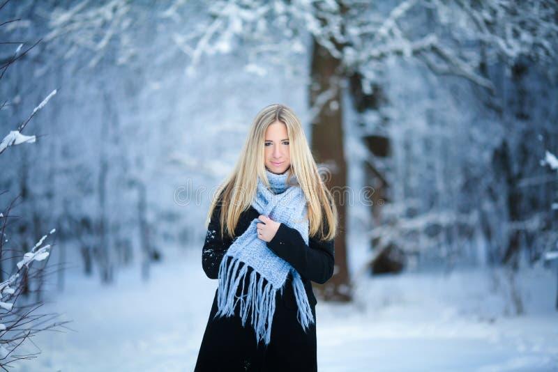 Vinter Ung flicka som går den snöig skogen och ler på kameran stor mood arkivfoto