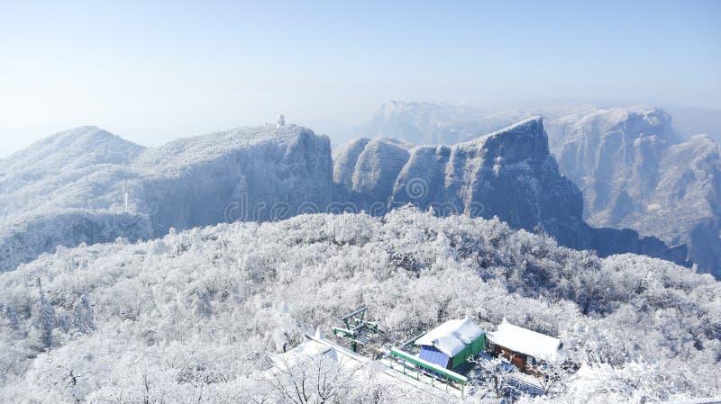 Vinter vägen av det Tianmen berget i Zhangjiajie, Hunan, krökt väg, bergväg arkivfoto