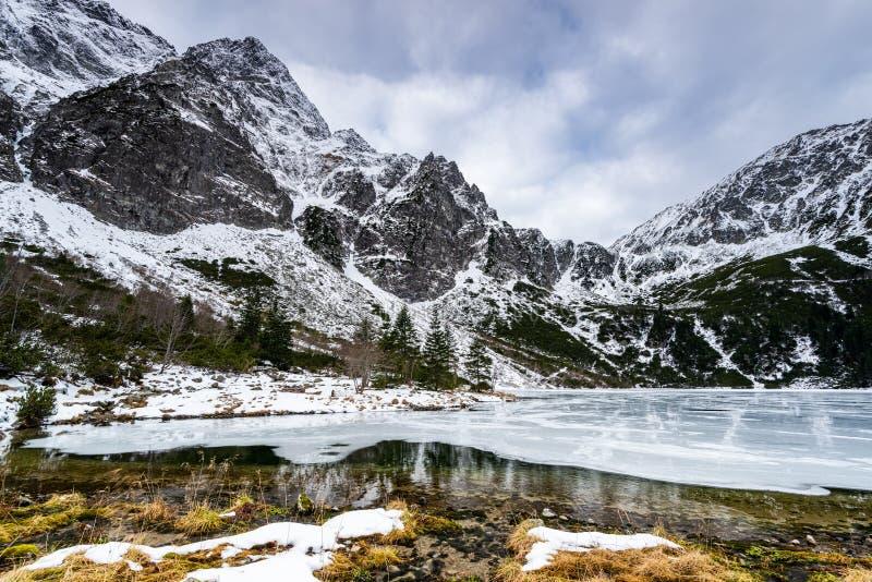 Vinter vid Sea Eye Lake eller Morskie Oko nära Zakopane i Polen royaltyfria bilder