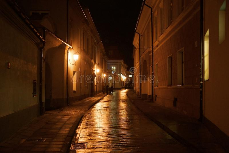 Vinterafton p? den smala gatan av den gamla staden arkivfoto