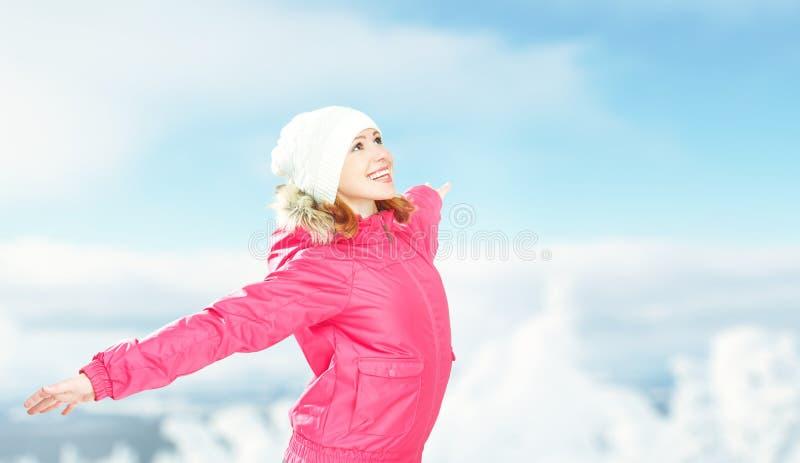 Vinteraktiviteter i natur lycklig flicka med öppna händer som tycker om liv royaltyfria bilder