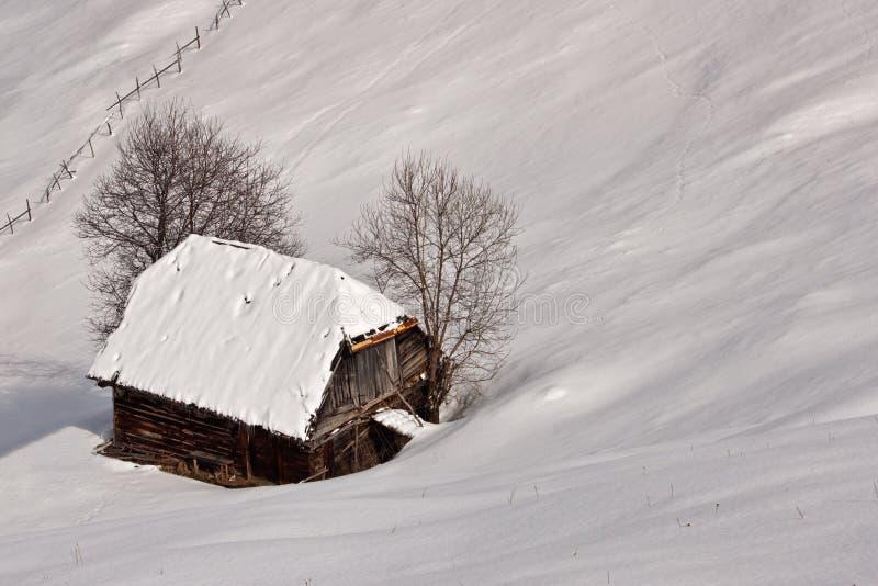 Vinterberättelse med trähuset royaltyfria foton