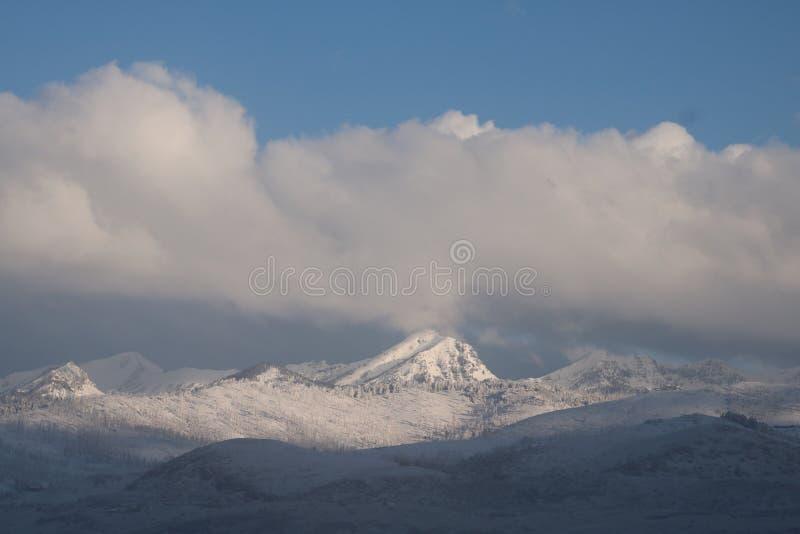 Vinterberg och moln royaltyfri bild