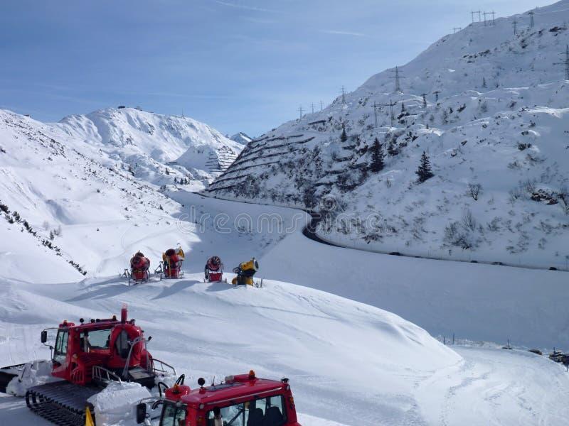 Vinterbergpanorama av arlberg för st anton f.m. royaltyfri bild