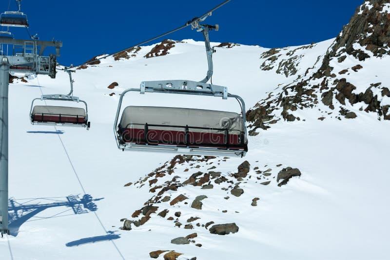 Vinterbergpanorama med skidar lutningar och skidliftar alpin _ Pitztaler Gletscher Wildspitzbahn arkivfoto