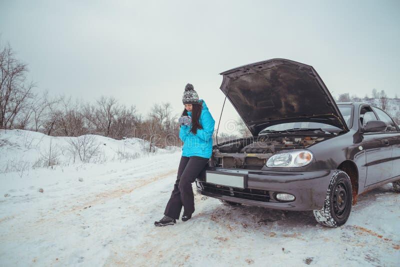 Vinterbilsammanbrott - kvinnaappell för hjälp, väghjälp arkivfoto