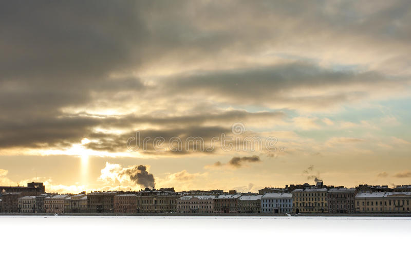Vintercityscape med sunligth royaltyfri foto