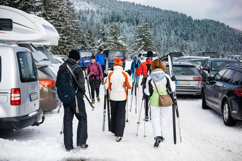 Vinterdag med snö med bakre sikt av gruppen av vänner i skiin arkivfoton
