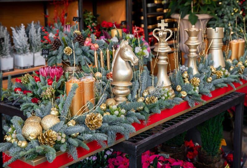 Vinterdekanter Vackra arrangemang med gyllene schackdelar, naturgrynsgrenar, gyllene konger, ljus för lyxjulen royaltyfria bilder