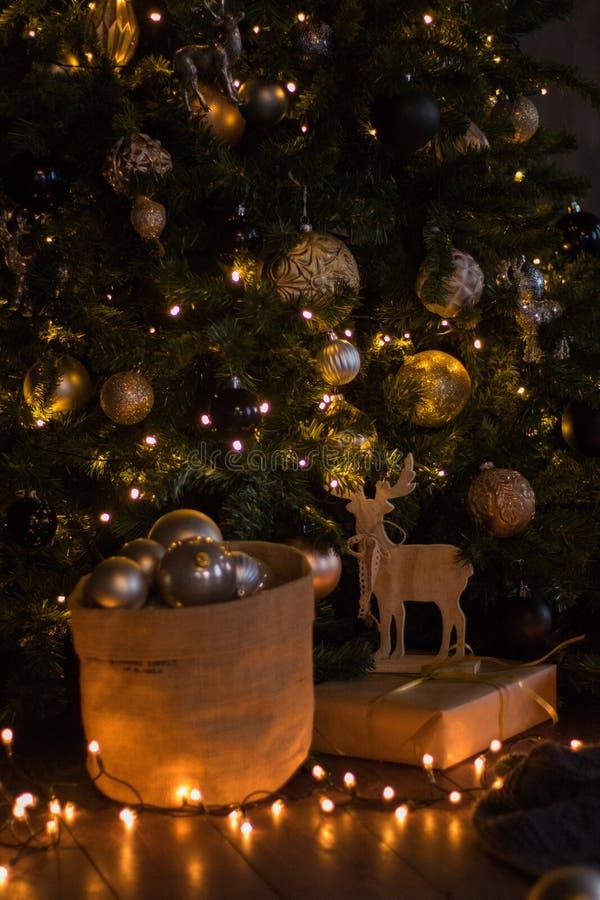 Vinterdekor: Julgran, gåvor i hantverkpapper, träför girland, guld- och vita bollar för DIY-hjortar, Utvalt fokusera arkivfoton