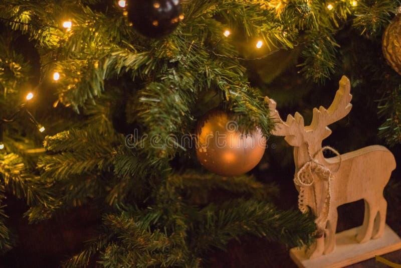 Vinterdekor: Julgran, gåvor i hantverkpapper, träför girland, guld- och vita bollar för DIY-hjortar, Utvalt fokusera fotografering för bildbyråer