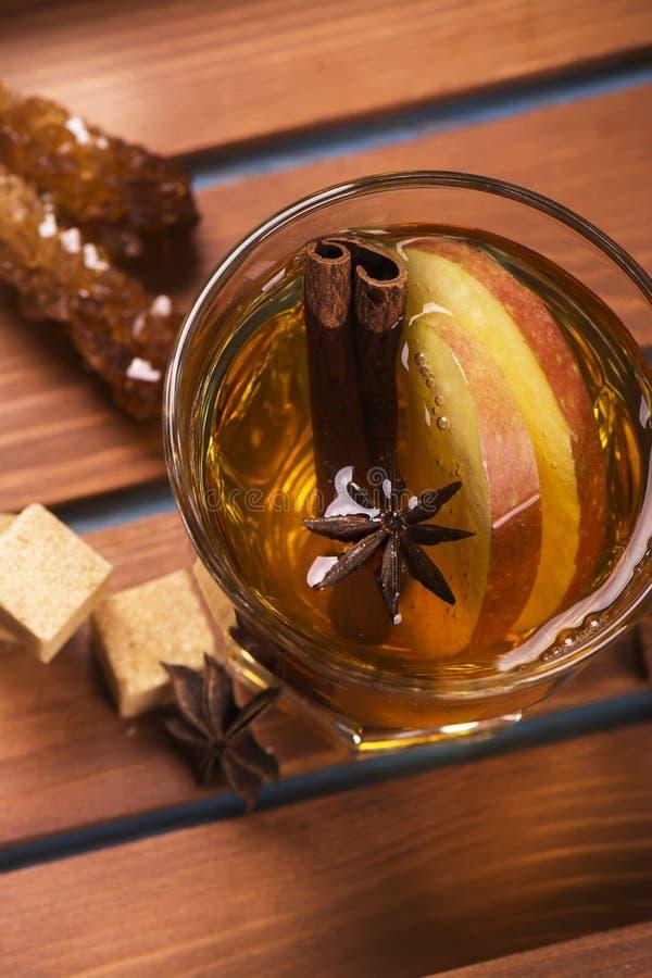 Vinterdrink Värme funderad äppelcider med kryddor arkivfoton
