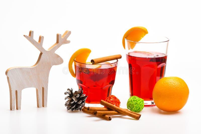vinterdryckbegrepp Traditionell vinterdryck med kanelbruna pinnar och orange frukt Exponeringsglas med funderat vin eller arkivbild