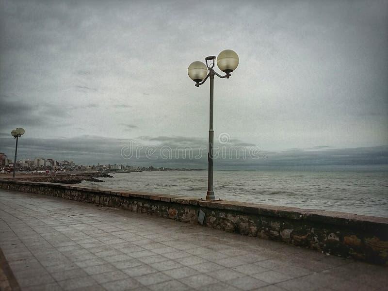 Vintereftermiddag på kusten royaltyfri bild