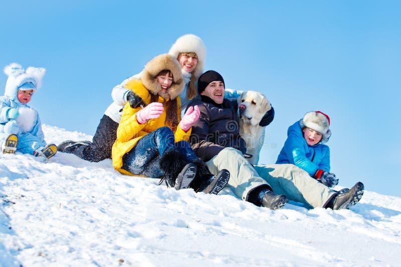 Vinterfamilj och en hund royaltyfria foton