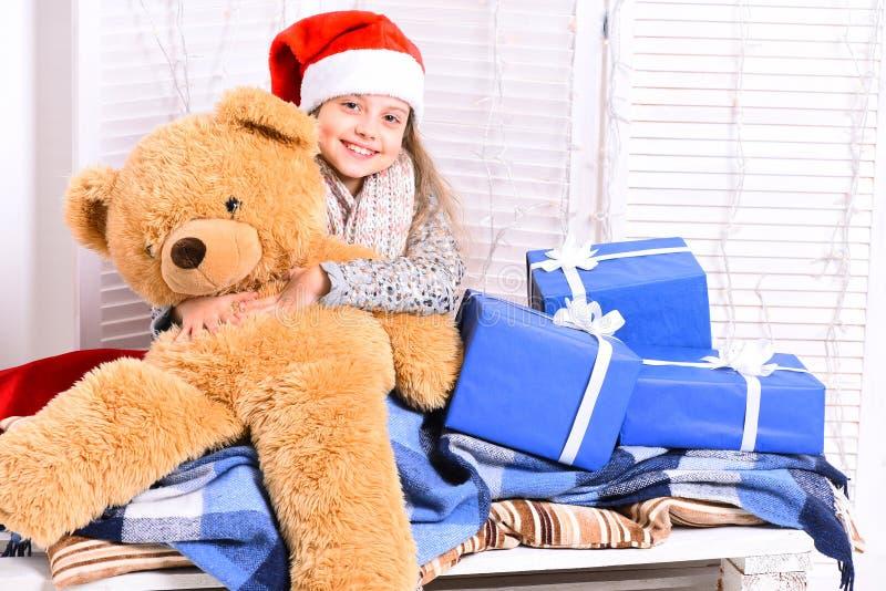 Vinterferier och barndombegrepp Fröcken Santa i röd hatt royaltyfri fotografi