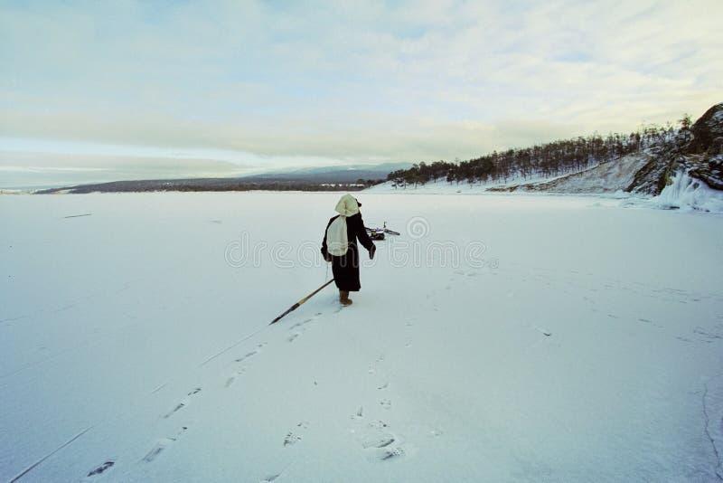 Vinterfiske på isen av Baikal Fiskare kopplas in i vinterfiske arkivbilder