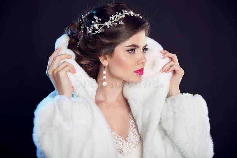 Vinterflickan i lyx danar pälsfodrar täcker frisyr makeup _ royaltyfria bilder