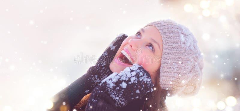 Vinterflickastående Den glade tonårs- flickan som har gyckel i vinter, parkerar royaltyfri foto