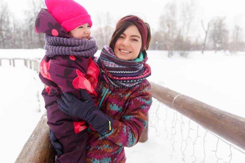 Vinterfoto av kvinnan, dotter arkivbild