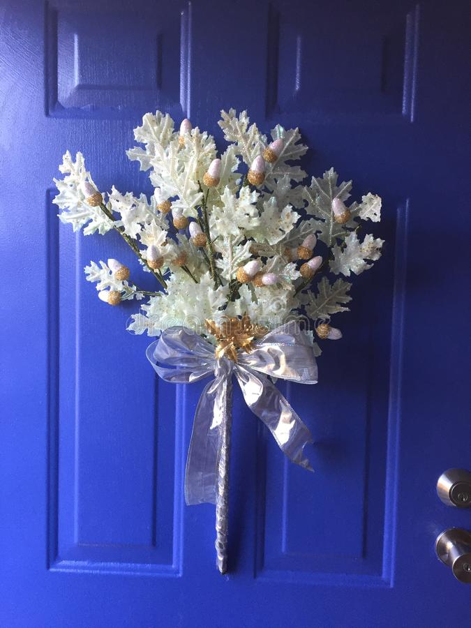 Vintergarnering på en blå dörr royaltyfri fotografi