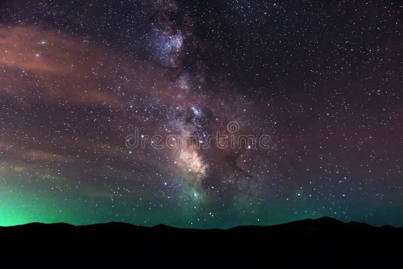 Vintergatan över berg arkivfoton