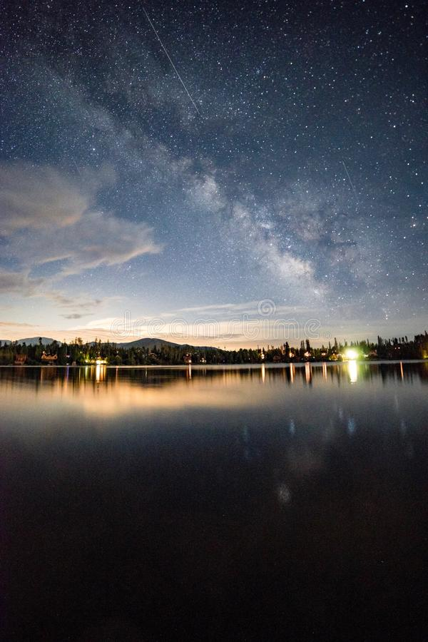 Vintergatan över berg sjön arkivbild