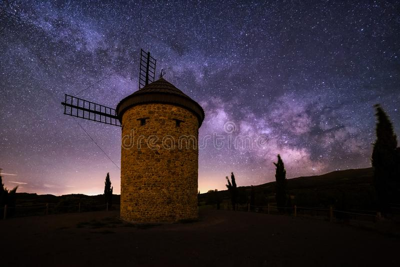 Vintergatan över den Molino de Ocon väderkvarnen i La Rioja royaltyfri bild