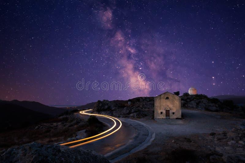 Vintergatan över det San Sebastiano kapellet nära Palasca i Korsika royaltyfria foton