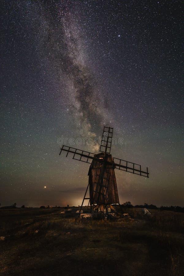Vintergatan över en burrial jordning för väderkvarnatt Gettlinge royaltyfri bild