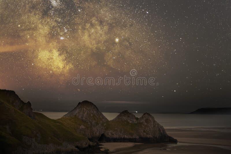 Vintergatan över fjärden för tre klippor royaltyfri bild