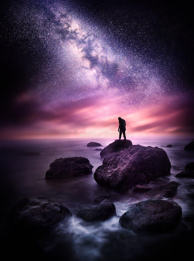 Vintergatan över havet royaltyfria bilder