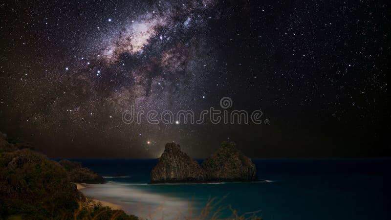 Vintergatan över Morro Dois Irmaos, Fernando de Noronha, Brasilien fotografering för bildbyråer