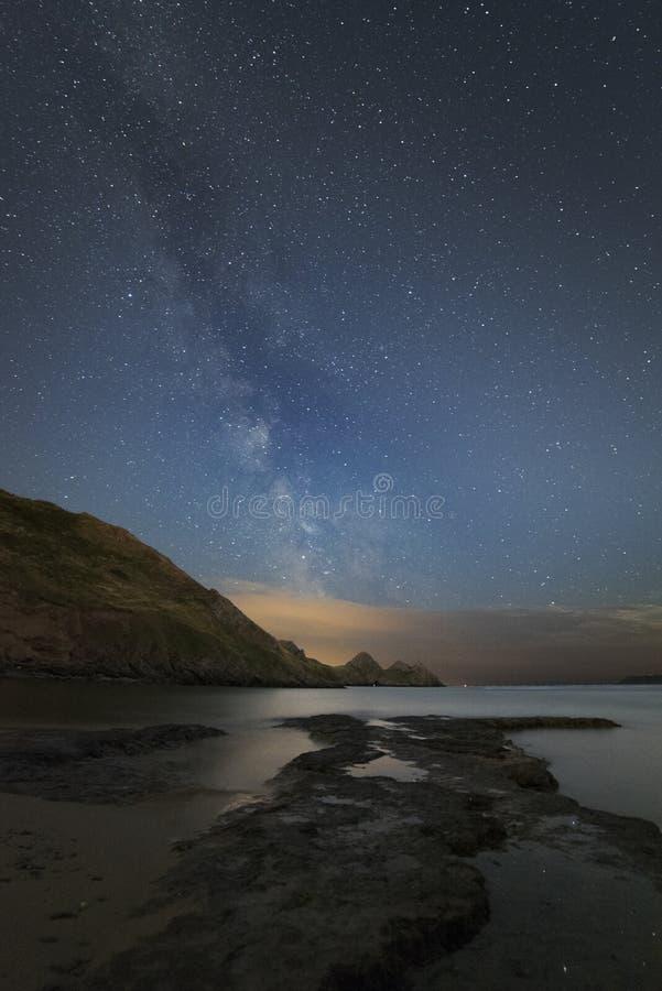 Vintergatan över tre klippor skäller i Wales arkivfoto