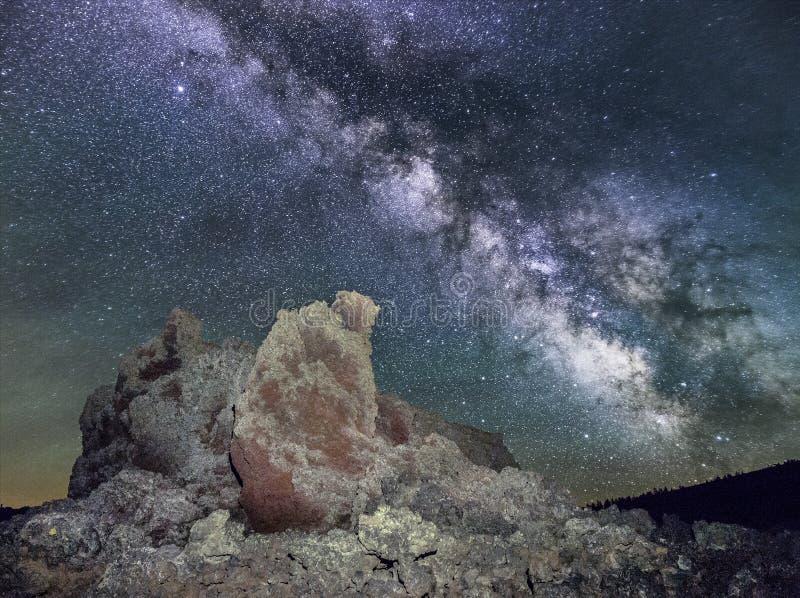 Vintergatan över vulkanisk kotte arkivfoton