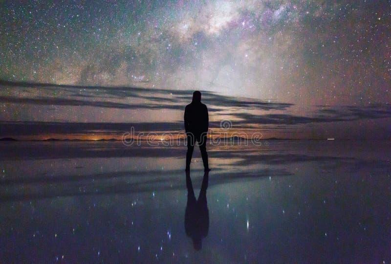 Vintergatan i SaltFlatsen i Bolivia royaltyfri bild