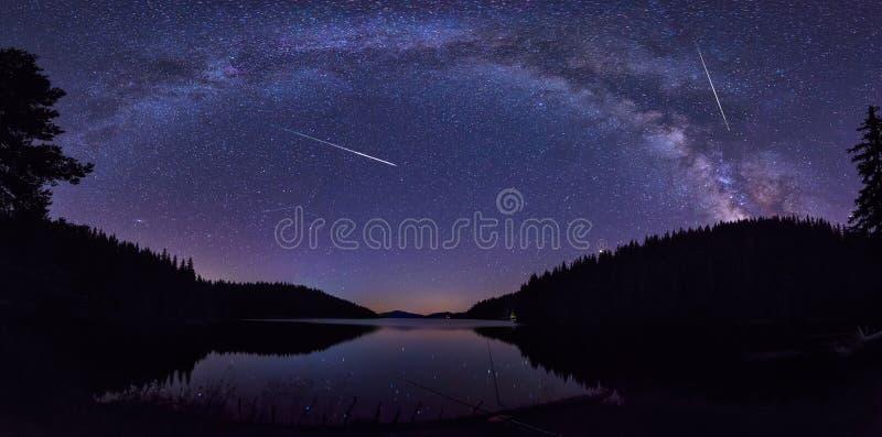 Vintergatan och Perseidsen arkivbild