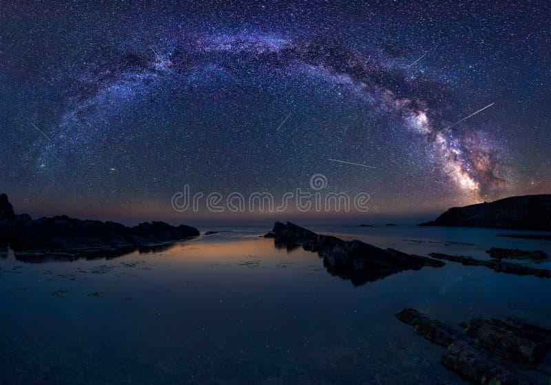 Vintergatan och Perseidsen royaltyfri bild