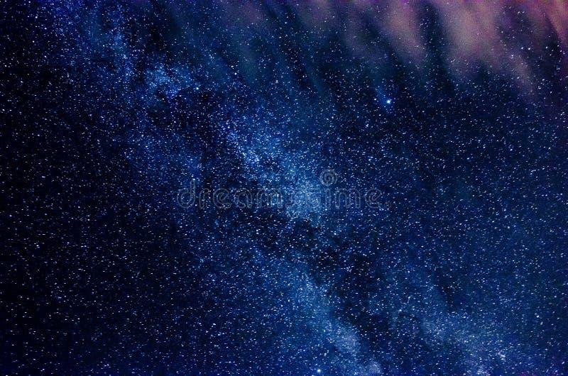Vintergatan och stjärnklar himmel med moln royaltyfri bild