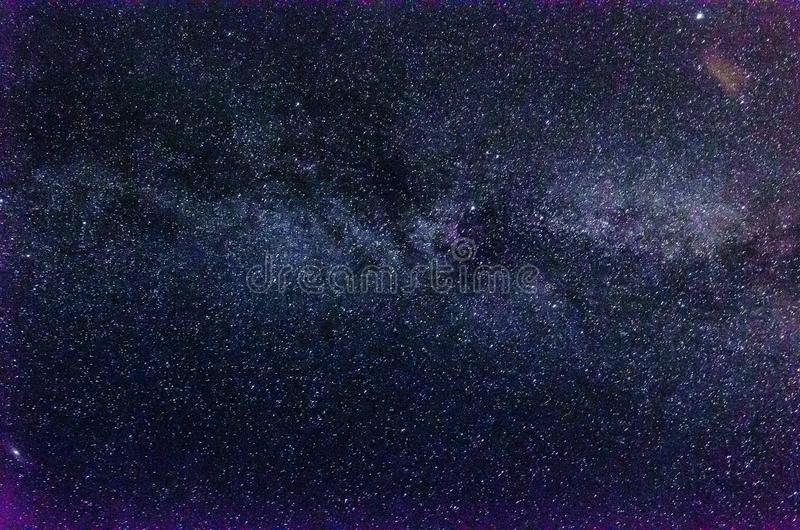 Vintergatan och stjärnklar himmel med moln fotografering för bildbyråer