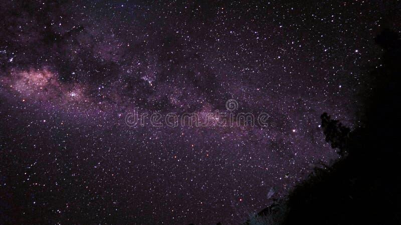 Vintergatan på det Rinjani berget royaltyfri foto