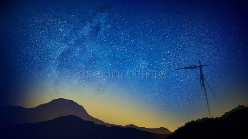 Vintergatan på en klar blå natt uppe på bergen arkivfoton