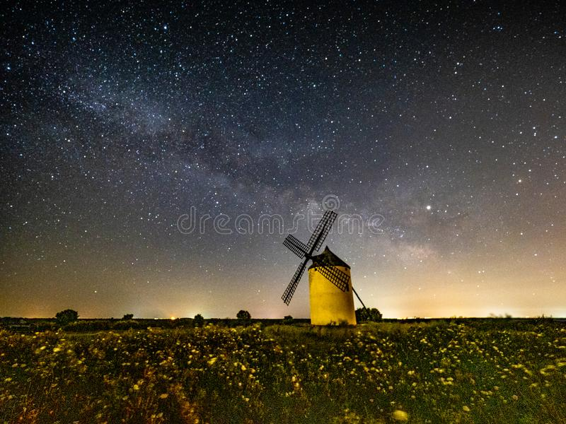 Vintergatan på en väderkvarn på natten fotografering för bildbyråer