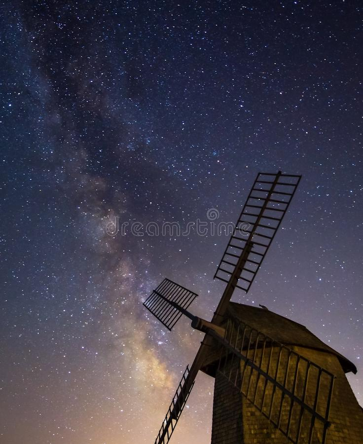 Vintergatan som stiger bak den historiska väderkvarnen royaltyfri fotografi