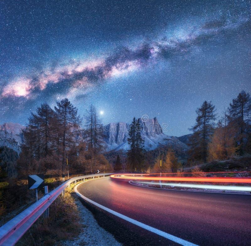 Vintergatan ?ver bergv?gen Suddiga bilbillyktor arkivbild